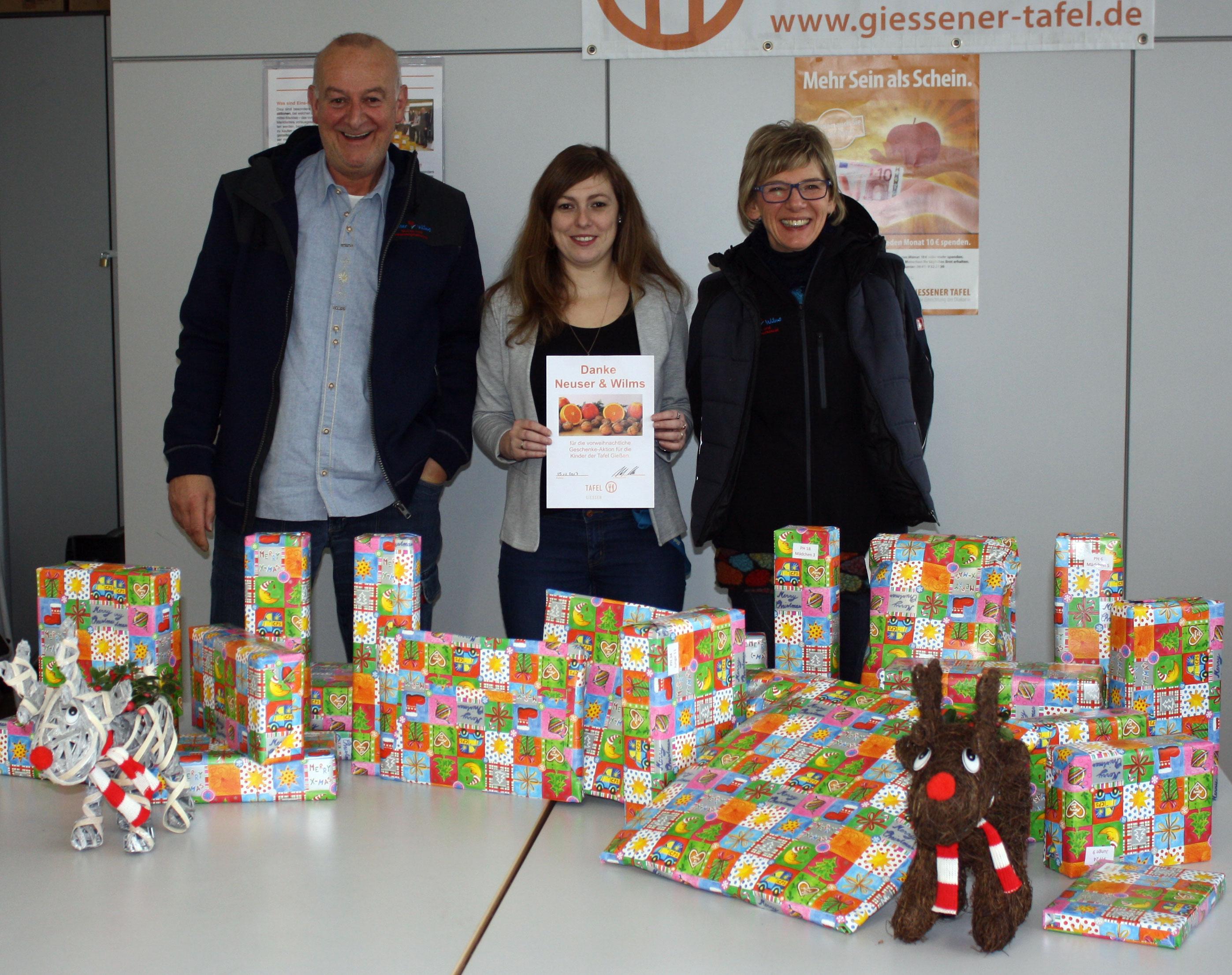 Ellen (r.) und Ralf Wilms (l.) vom Blumen- und Pflanzengroßhandel Neuser & Wilms bei der Übergabe der Geschenke an Anna Conrad (M.).