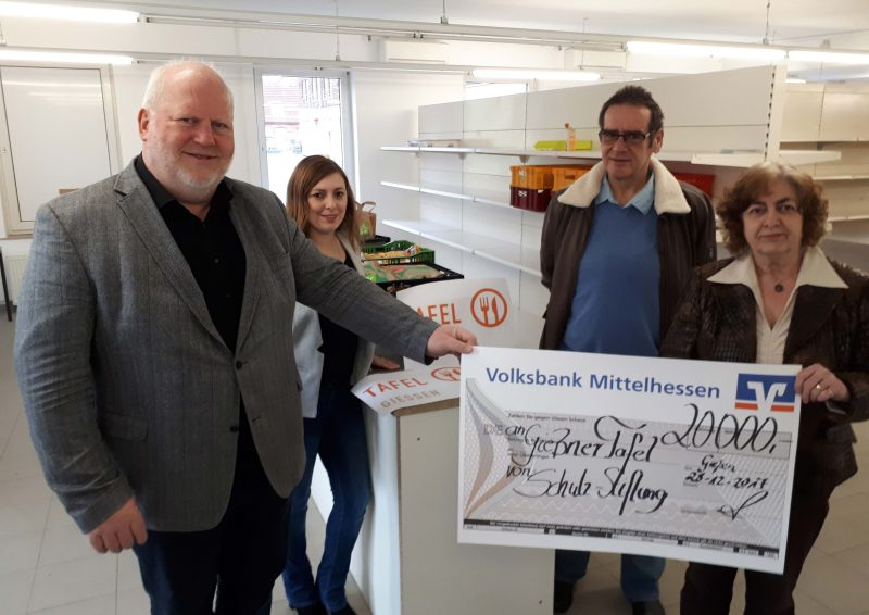 Ulrike Büger (r.) vom Vorstand der Stiftung übergibt den Spendenscheck an den Leiter des Diakonischen Werks und der Tafel in Gießen, Holger Claes, (l.), die Tafel-Koordinatorin Anna Conrad (2.v.l.) und den Leiter Betrieb und Logistik, Erich Gelzenleuchter (2.v.r.).