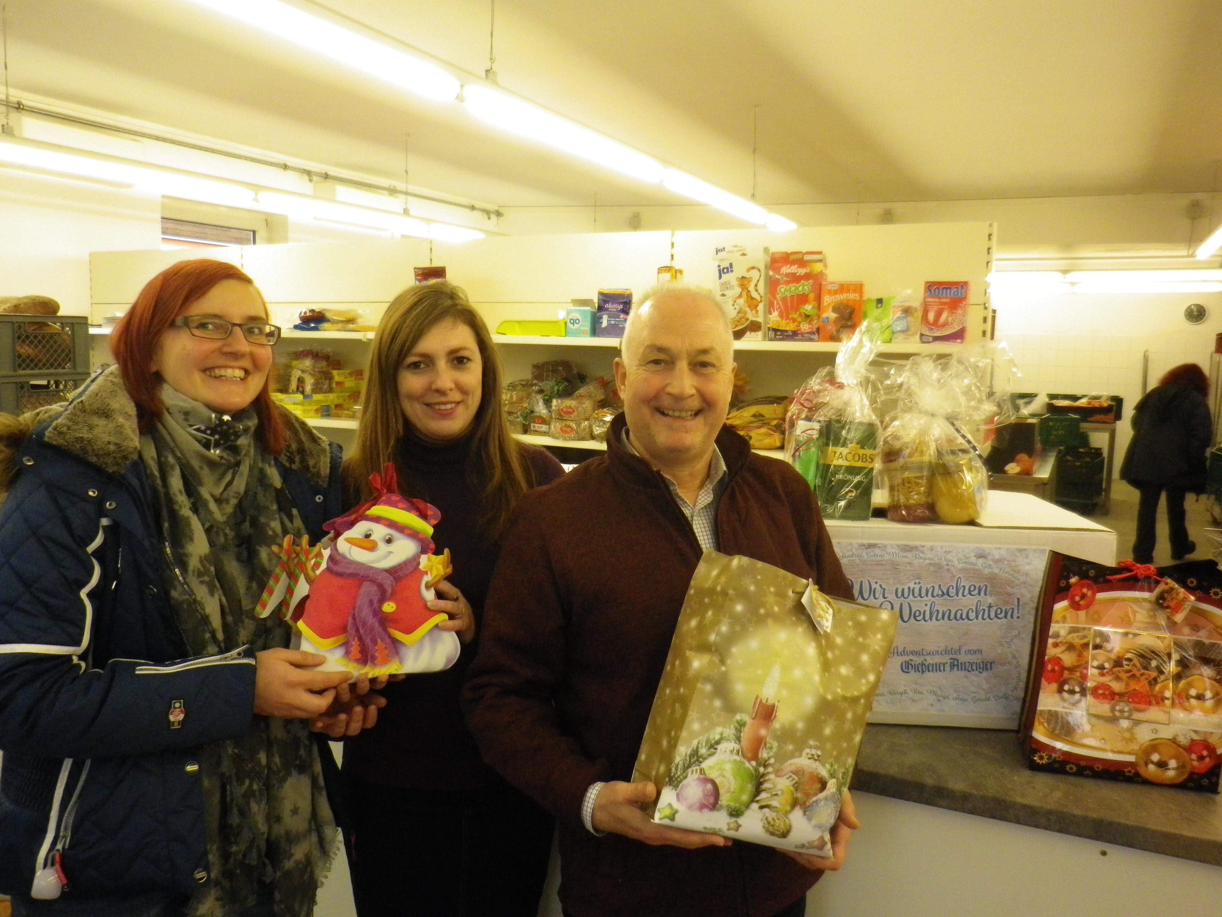 Anzeiger-Mitarbeiterin Meike Lotz (l.) übergibt 24 Geschenke an Anna Conrad und Bernd Reuter.