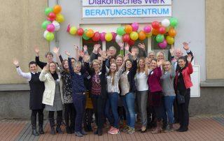 Das Team des Diakonischen Werks Gießen vor dem Eingang des neuen Beratungszentrums in der Südanlage