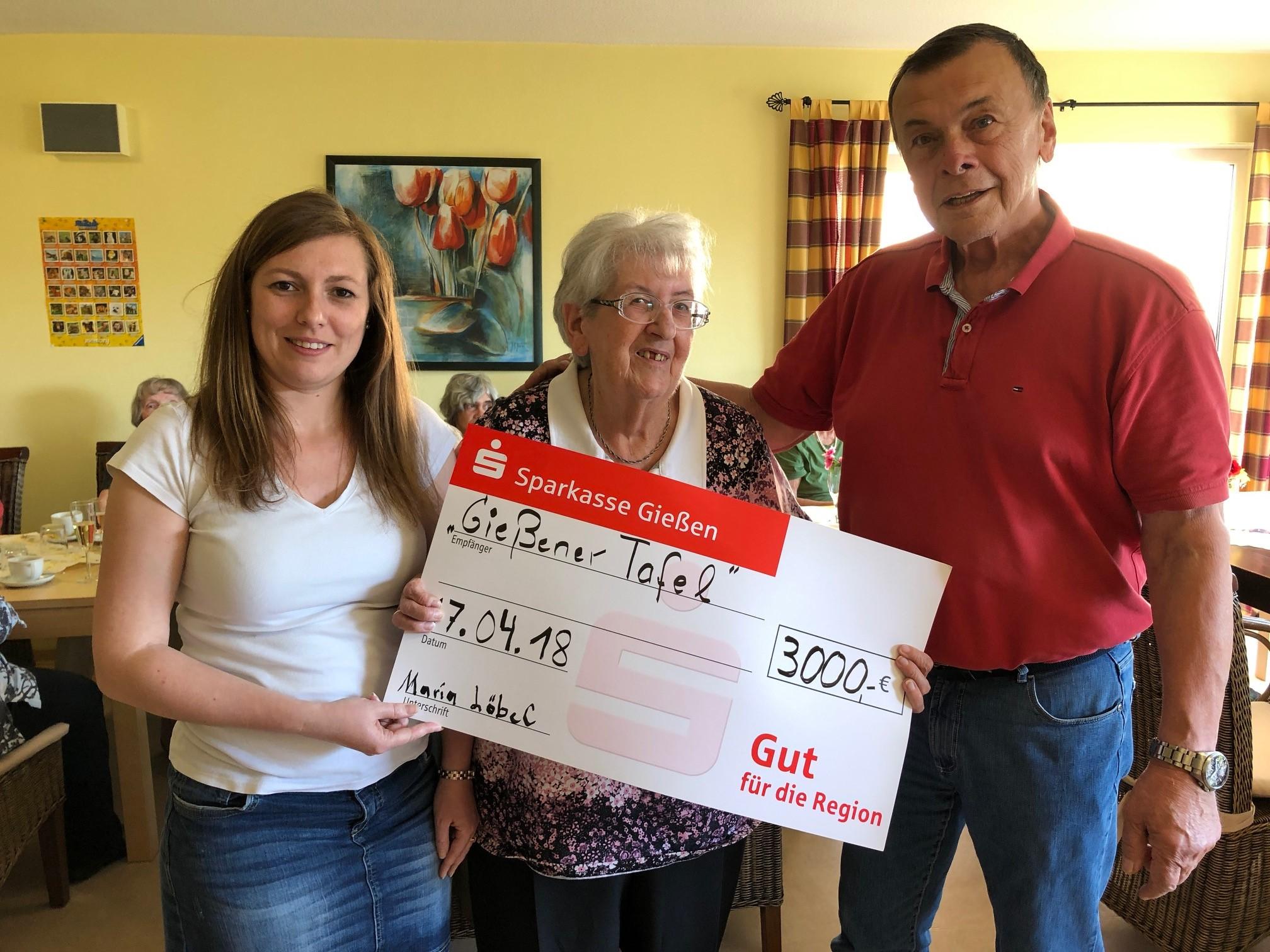 Maria Löbel (m.) übergibt den Scheck über 3.000,-- Euro an Anna Conrad und Holger Schlitter. (Foto: Bernd Reuter)