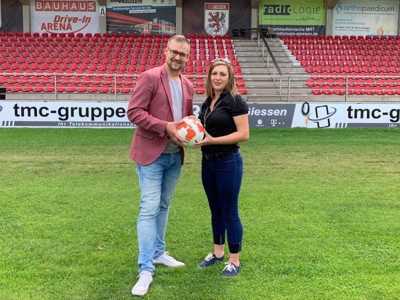 Dirk Schäfer (l.), Leiter Marketing beim FC Gießen, und Tafel-Koordinatorin Anna Conrad freuen sich auf die künftige Zusammenarbeit.