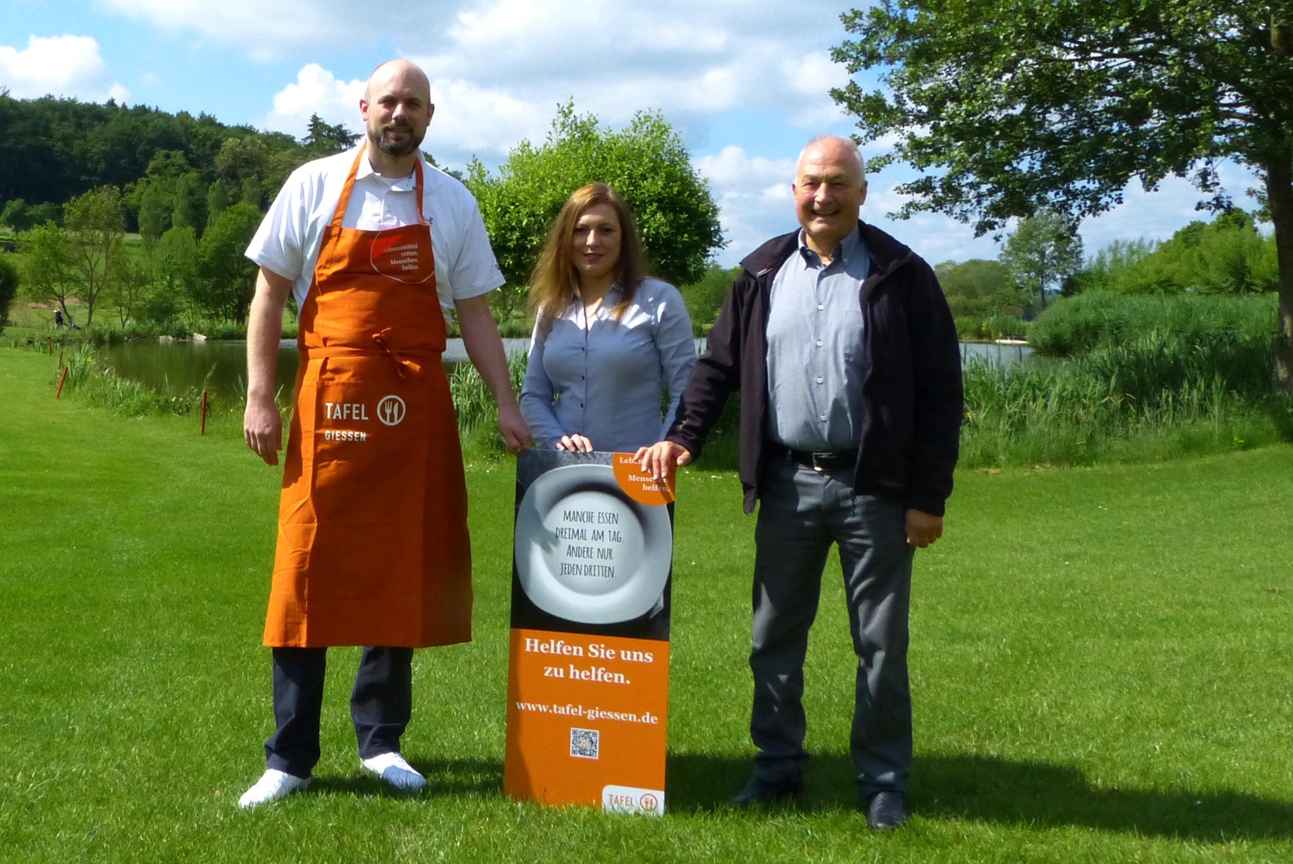 Golf-Park-Geschäftsführer Kim Tarek Kleczka (l.), Tafel-Koordinatorin Anna Conrad und Tafel-Mitarbeiter Bernd Reuter