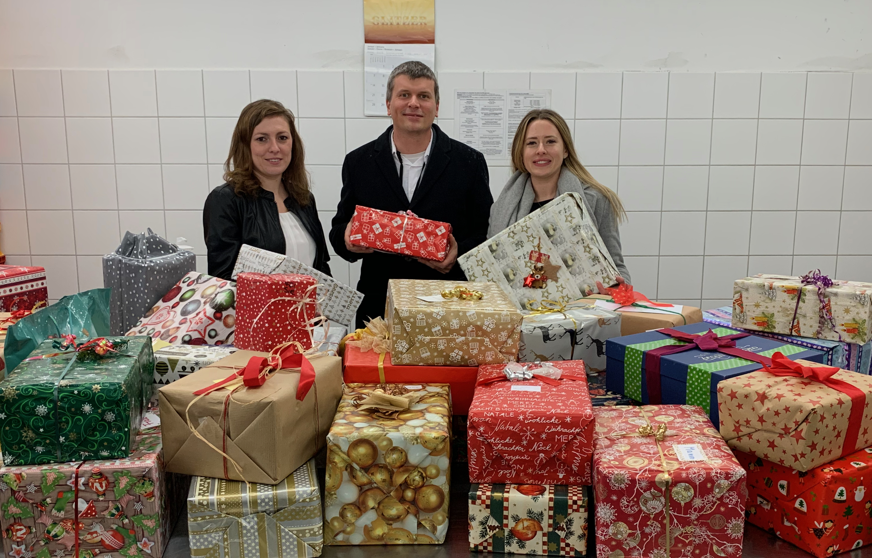 Beate Kühnert (r.) und Lucas Proehl übergeben Geschenke an Anna Conrad